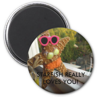 1539, STARFISH REALLY LOVES YOU! 6 CM ROUND MAGNET