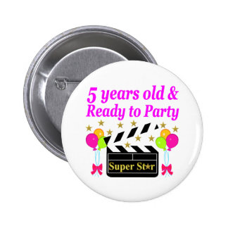 5 YEARS OLD AND READY TO PARTY MOVIE STAR DESIGN 6 CM ROUND BADGE