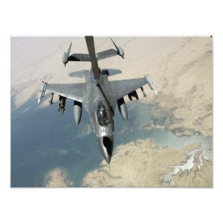An F-16 Fighting Falcon refuels Photo Print