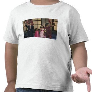 Barak Obama family wave at the last night of Shirt