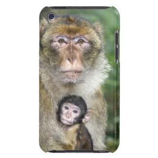 Barbary Macaque . Adulte with babyMacaca iPod Touch Cover