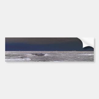 Barcos en el mar de hielo desde la costa etiqueta de parachoque