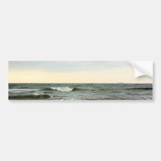Barcos y oleaje desde la orilla de la playa pegatina de parachoque