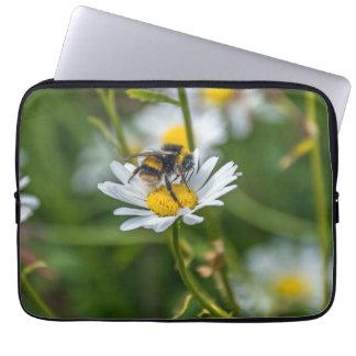 Bee on a daisy laptop sleeve