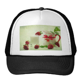 Blows strawberries in the country house style mesh hat