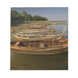 Boats on lake between Kyauktawgyi Paya and Notepad