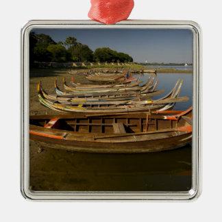 Boats on lake between Kyauktawgyi Paya and Silver-Colored Square Decoration