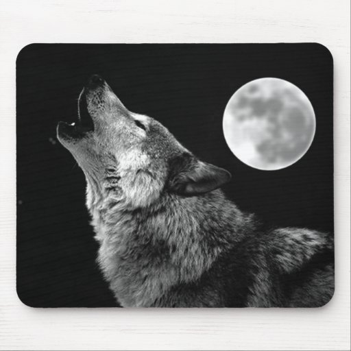 BW Wolf Howling at Moon Mousepads