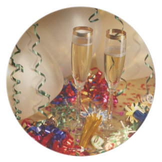 Champagne flutes, streamers and noisemakers plate