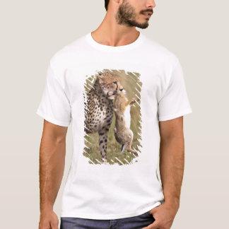 Cheetah (Acinonyx jubatus) with jackrabbit kill, T-Shirt