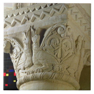 Column capital bearing symmetrically arranged grot tile