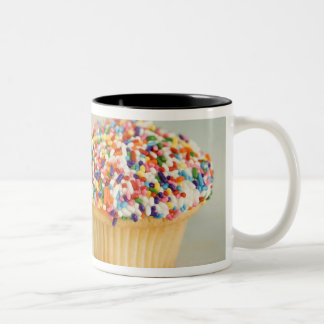 Cupcakes, focus on one in front with mugs