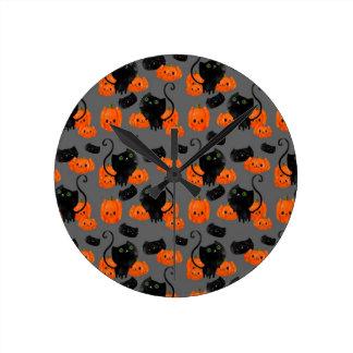 Cute Halloween cat with pumpkins Round Clock