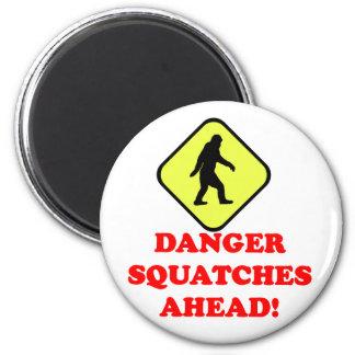 Danger squatches ahead 6 cm round magnet