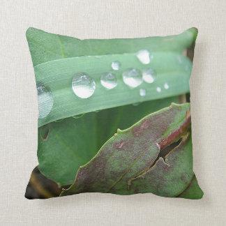 Dekokissen water drop on grass throw pillow