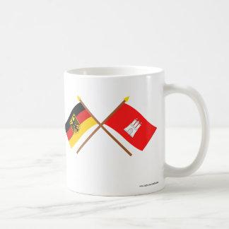 Deutschland und Hamburg Flaggen, gekreuzt Basic White Mug
