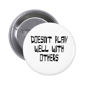 Doesn't play well with others 6 cm round badge