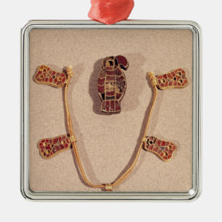 Eagle-shaped brooch and a necklace Silver-Colored square decoration