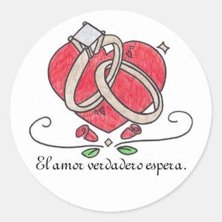 El amor verdadero espera. round sticker