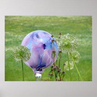 farbige Glaskugel im Garten mit Riesenlauch Posterdruck