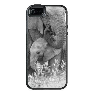 Female Elephant Re-Assuring Two Calves (Samburu) OtterBox iPhone 5/5s/SE Case