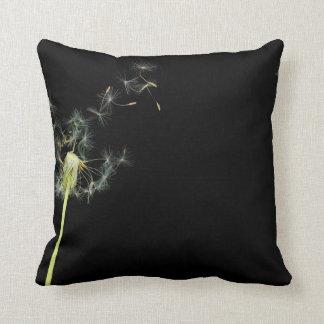 Flower - Dandelion - Gesundheit Throw Pillows