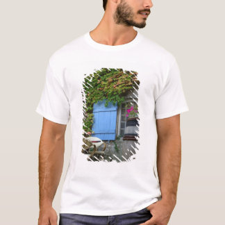 France, Les Baux de Provence, café patio T-Shirt