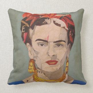 Frida Kahlo en Coyoacán Portrait Cushion
