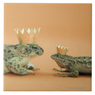 Frog and lizard wearing crowns tile