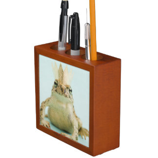 Frog wearing crown desk organiser