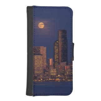 Full moon rising over downtown Seattle skyline iPhone SE/5/5s Wallet Case