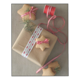 Ginger cookie tied with ribbon in the box