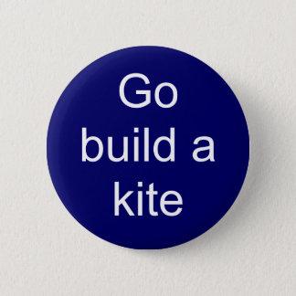 Go build a kite 6 cm round badge