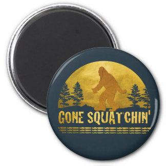 Gone Squatchin' (vintage sunset) 6 Cm Round Magnet