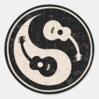 guit-yang1-blk-tan-T Classic Round Sticker