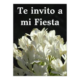 """Invitación -Te invito a mi Fiesta - Flores Blancas 6.5"""" X 8.75"""" Invitation Card"""