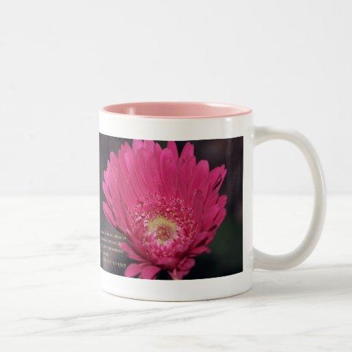 Isaias 40:8 con Margarita Rosada Coffee Mugs