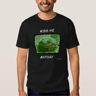 Kiss me - green frog close up t-shirts