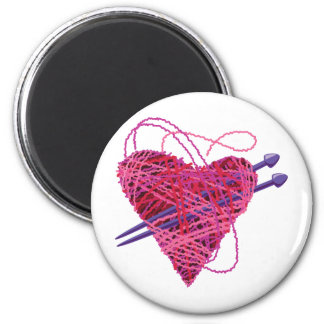 kniting pink heart 6 cm round magnet