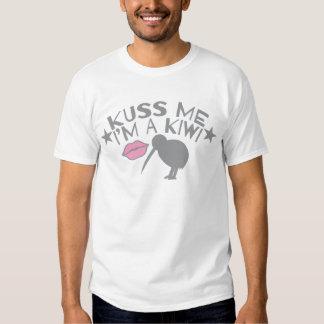 Kuss (Kiss) me I'm a KIWI cute New Zealand accent T-shirts