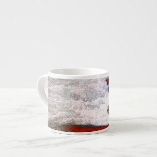 La espuma blanca detiene al río de lava roja tazita espresso