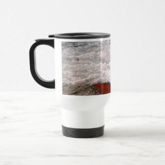 La espuma blanca detiene al río de lava roja taza