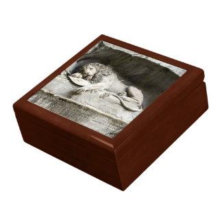 Lion monument gift box