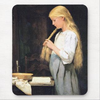 Mädchen die Haare flechtend Girl Braiding her Hair Mouse Pad