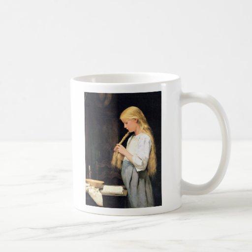 Mädchen die Haare flechtend Girl Braiding her Hair Coffee Mug