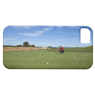 Man lining up a putt while golfing. barely there iPhone 5 case