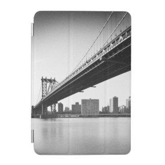 Manhattan Bridge and skyline, New York, US. iPad Mini Cover