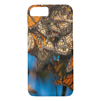 Migrating monarch butterflies cling to leaves iPhone 8/7 case