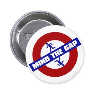 MIND_THE_GAP 6 CM ROUND BADGE