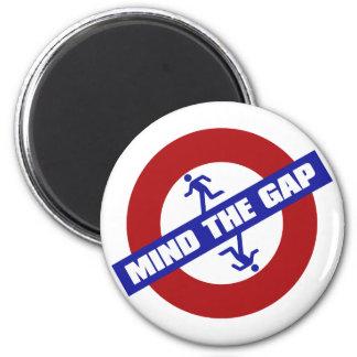 MIND_THE_GAP 6 CM ROUND MAGNET